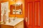 Какие двери устанавливают в ванные комнаты