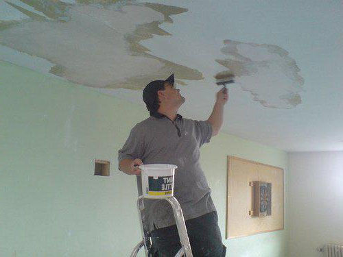 убрать пятна на потолке